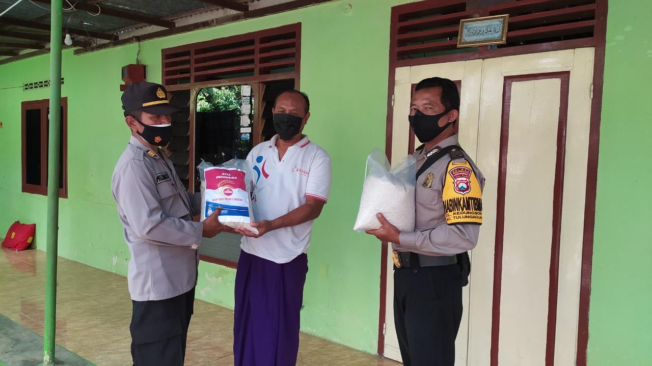 Polres Tulungagung Distribusikan Bansos Door To Door Kepada Masyarakat Kelurahan Kedungsuko