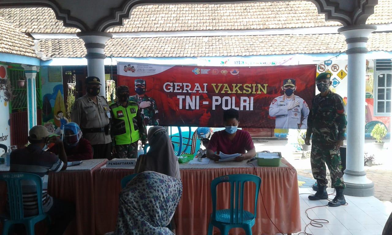 Vaksinasi di Dua Desa Kecamatan Sumbergempol Tulungagung Dikawal Ketat Babinsa dan Bhabinkamtibmas