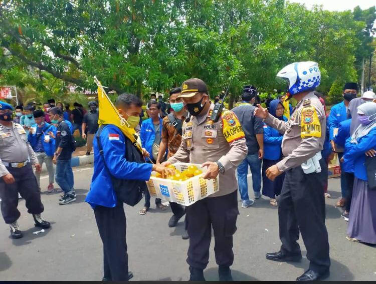 Tak Ingin Memanas, Kapolres Bangkalan Temui Pendemo Sambil Membagikan Jeruk