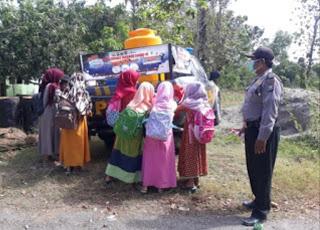 Mobil Patroli Tangguh Polsek Klampis Edukasi Warga Jaga Kebersihan di Desa Lergunung