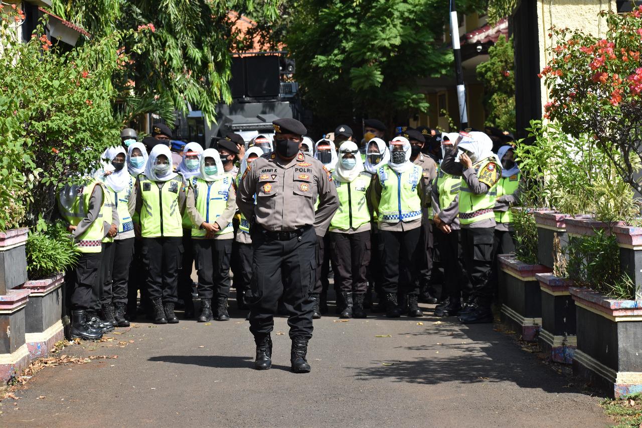 Suara Manis Polwan Cantik Sambut Demo Omnibus Law di Bangkalan