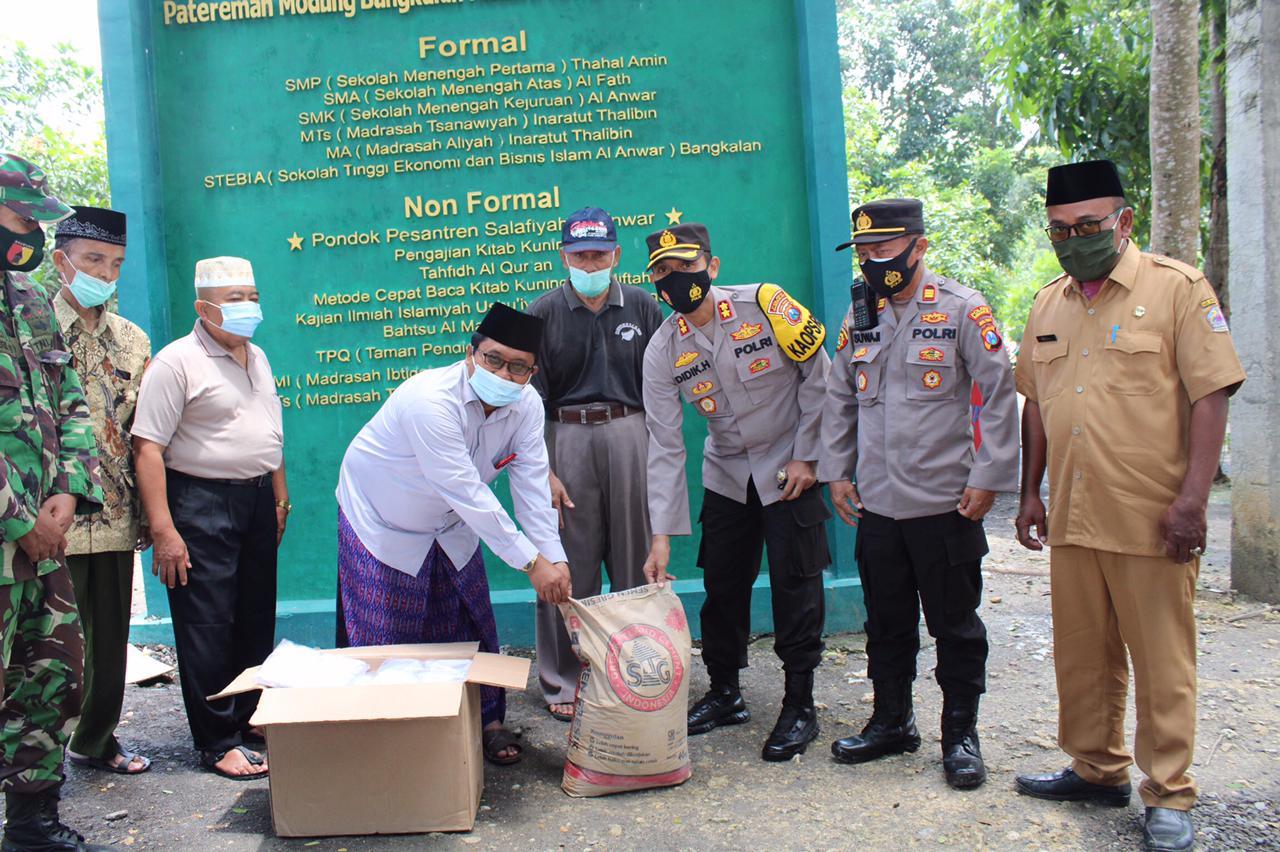 Silaturahmi Dengan Pondok Pesantren, Kapolres Bangkalan Bagi Bagi Masker