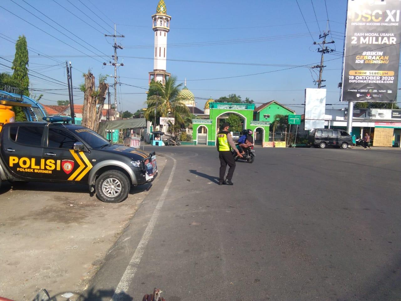 Pengamanan PengaturanArus Lalu Lintas Pagi Oleh Anggota Polsek Burneh