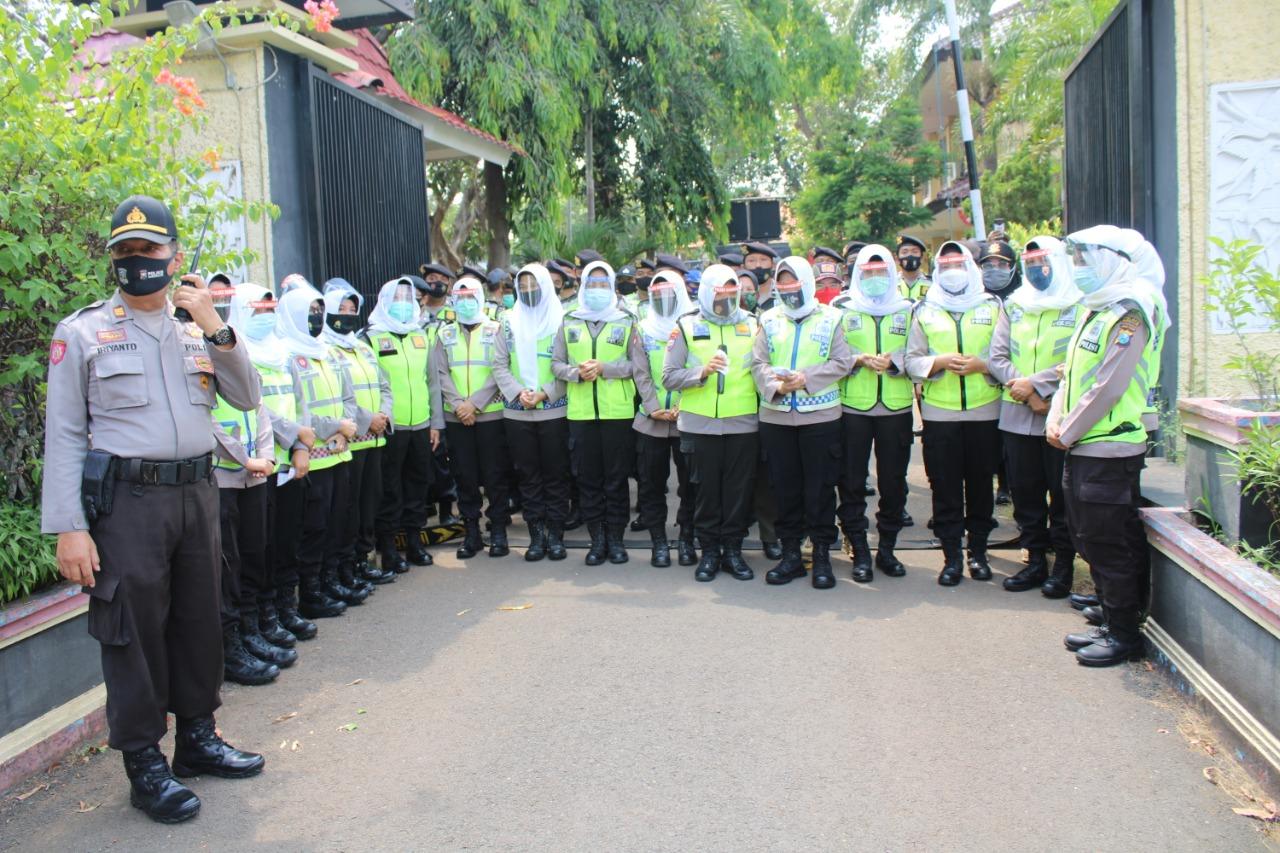 Lantunan Asmaul Husna Ala Polwan Bangkalan Sejukkan Demo Omnibus Law