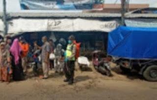 Anggota Polsek Klampis Polres Bangkalan Gaktur Lantas Depan Pasar