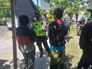 Bhabinkamtibmas Polsek Modung Polres Bangkalan Bagikan Masker Pada Warga
